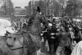 ME-er wordt door demonstranten zijn paard weer op geholpen